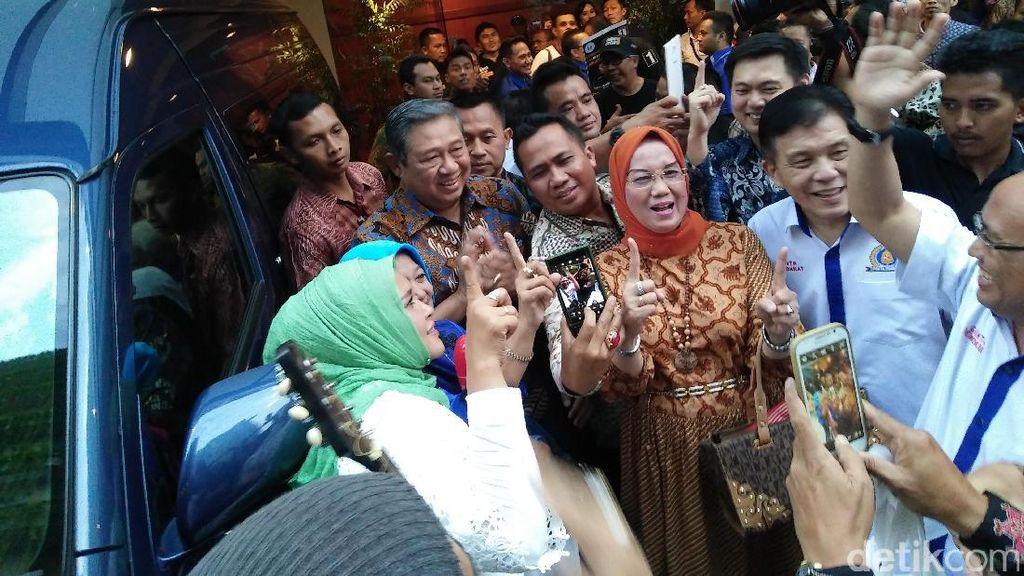 Saat SBY Diajak Musisi Jalanan Nyanyikan Lagu Dukungan untuk Agus