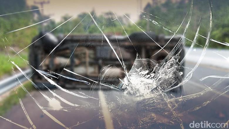 Tabrak Pembatas Jalan, Mobil Terbalik di Tol Becakayu Arah Cawang