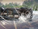 Truk Tepung Terbalik di Tol JORR Arah Pondok Indah, Lalin Macet
