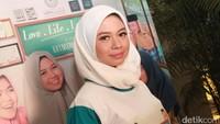 Artis muda ini tampak menggunakan hijab putih. Pool/Gus Mun/detikFoto.