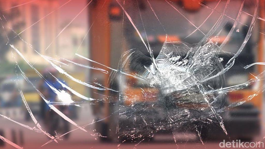 Truk Trailer Tabrak Mikrolet di Ancol, 4 Orang Terluka