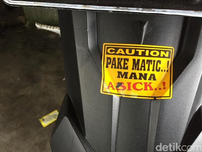 Stiker motor yang dipasang di sebuah motor sport. Foto: Dadan Kuswaraharja