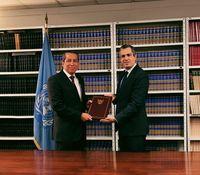 Dubes RI untuk PBB Dian Triansyah Djani memberikan ratifikasi Perjanjian Paris kepada pejabat tinggi PBB Santiago Villalpando