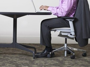 Seharian Duduk di Kantor? Begini Cara Menangkal Dampak Buruknya