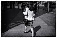 Streetphotography di Korea, 2015. Untuk menunjukan sikap gesit dan terburu-buru, saya perlu menunggu subjek melangkah pada posisi kaki yang lebar.  Foto diolah menjadi hitam putih di piranti lunak.