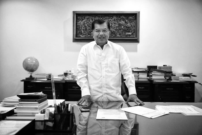 Wapres Jusuf Kalla dijepret di ruang kerjanya, 2016. Foto diolah menjadi hitam putih di piranti lunak. (Foto: detikINET/Ari Saputra)