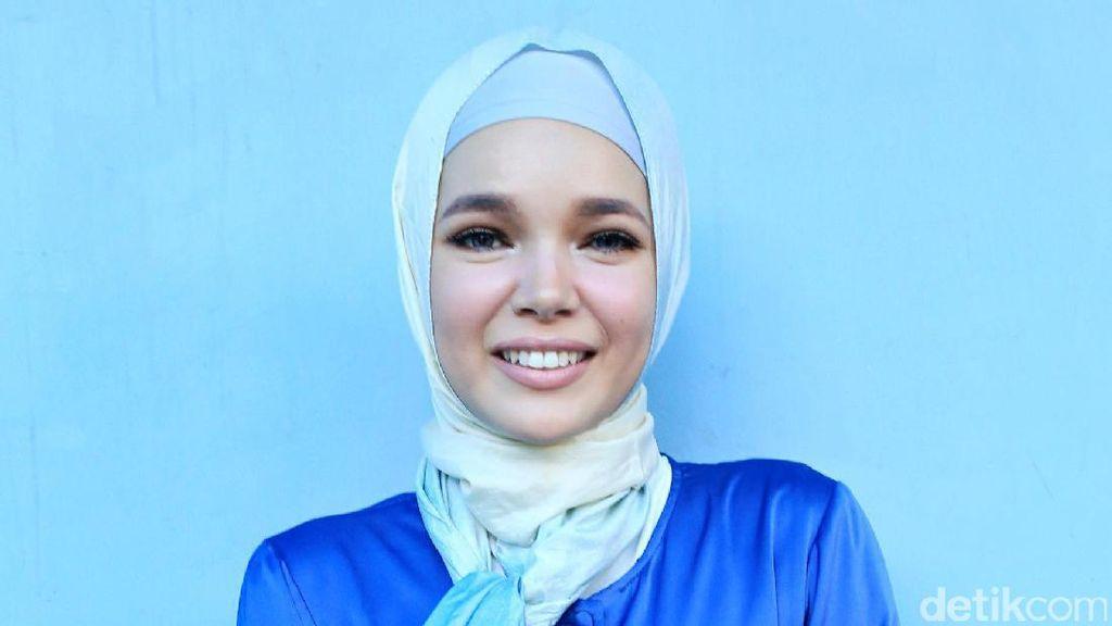 Jalan Dibantu Tongkat karena Kaki Retak, Dewi Sandra Tetap akan Umrah
