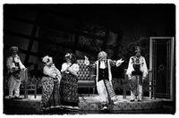 Pentas Teater Koma yang kaya bahasa tubuh, 2015. Foto diolah menjadi hitam putih di piranti lunak.