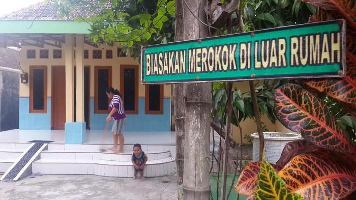 Larangan merokok di dalam rumah di Sidoarjo (Foto: Suparno)