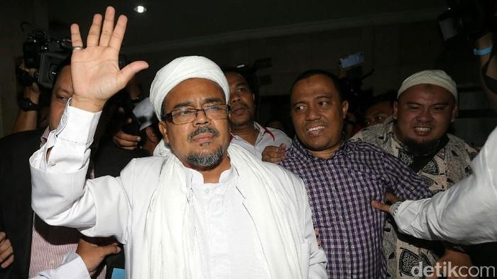 Habib Rizieq Shihab mendatangi Bareskrim Polri. Imam Besar FPI ini menjadi saksi ahli terkait kasus dugaan penistaan agama yang dilakukan Basuki Tjahaja Purnama (Ahok).