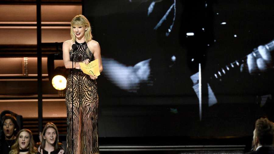 Penampilan Taylor Swift dengan Dress Menerawang di CMA Awards 2016
