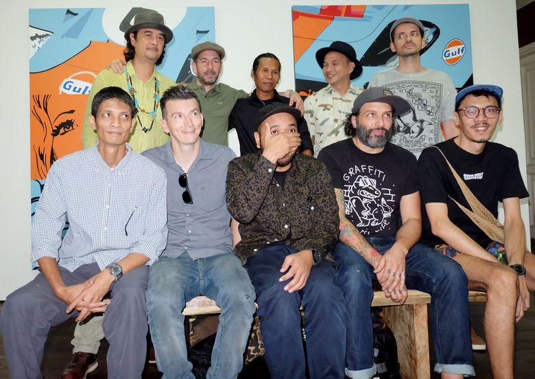 Lima orang street art dari Prancis dan lima orang dari Indonesia tampak berfoto bersama pada Kamis (3/11).