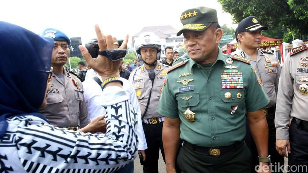 Massa demo 4 November sudah bergerak menuju Istana. Panglima TNI Jenderal Gatot Nurmantyo ikut memantau personel gabungan di Istana.