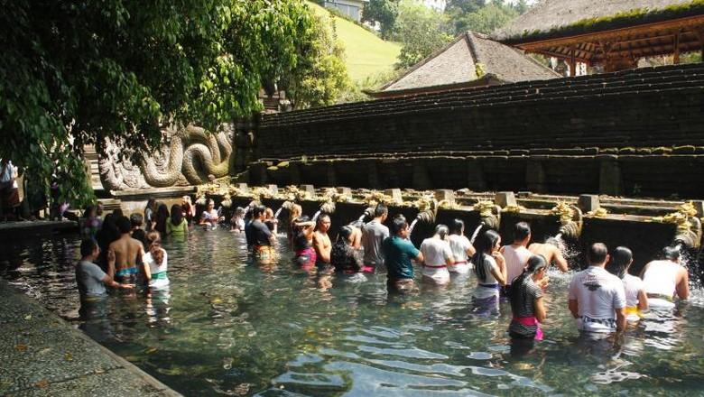 Pemandian suci di Pura Tirta Empul (Bayu Krisna/dTraveler)