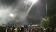 Sebuah Gas Air Mata Milik Brimob Tiba-tiba Meledak di Sekitar Gedung MK