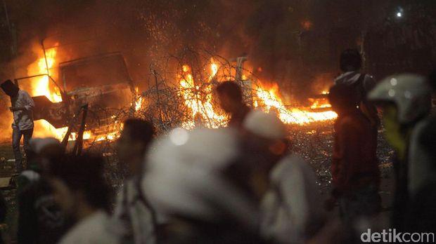 Kendaraan aparat dibakar