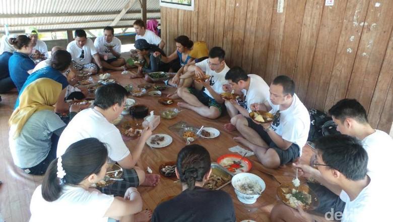 Peserta mencoba kuliner khas Kaledupa (Bonauli/detikTravel)