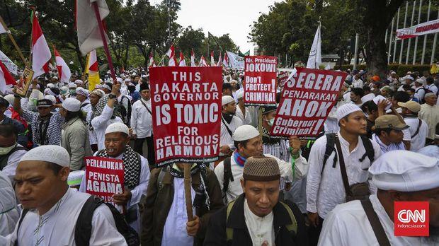 Aksi Bela Islam menuntut penangkapan Ahok akibat kasus penodaan agama.