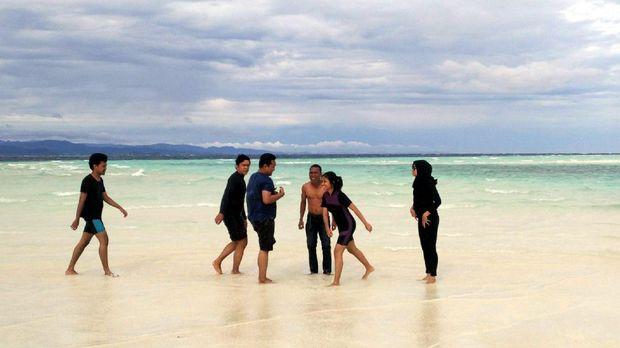 Wisatawan bermain-main di Pasir Timbul (Wahyu/detikTravel)