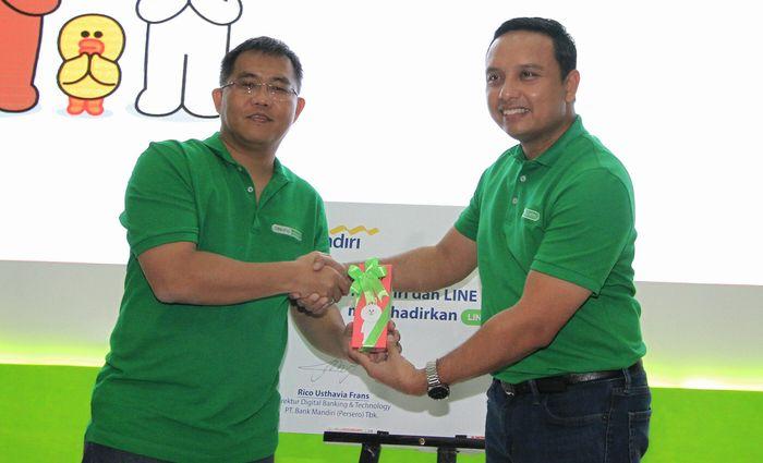 Direktur Digital Banking & Technology Bank Mandiri Rico Usthavia Frans bersama Managing Director LINE Indonesia Ongki Kurniawan tengah menandatangani kerjasama pada peluncuran solusi pembayaran LINE Pay e-cash di Jakarta Senin, (7/11/2016).