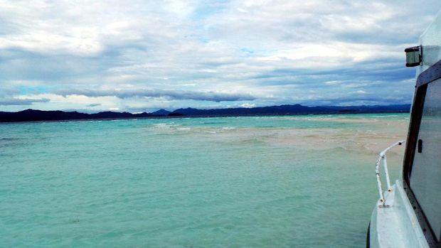 Pemandangan Pasir Timbul Pulau Mansuar dilihat dari kapal (Wahyu/detikTravel)