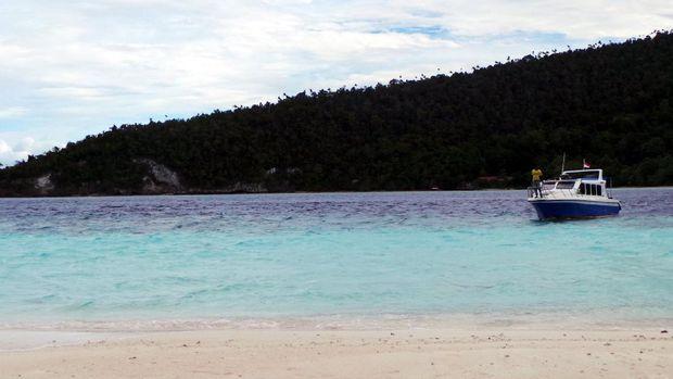 Kapal wisatawan lain mulai tiba juga di Pasir Timbul (Wahyu/detikTravel)