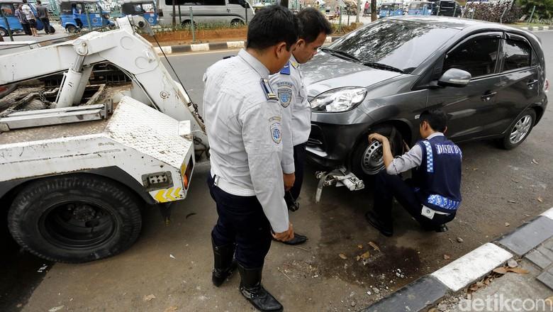 Dishub Derek Mobil Parkir Sembarangan (Foto: Rengga Sancaya)