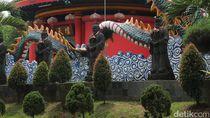 Atraksi Barongsai Pukau Pengunjung Kelenteng Kong Miao
