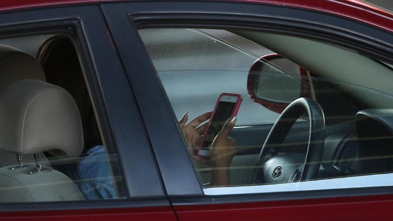 NEW YORK, NY - APRIL 30: A driver uses a phone while behind the wheel of a car on April 30, 2016 in New York City. As accidents involving drivers using phones or other personal devices mount across the country, New York lawmakers have proposed a new test called the Textalyzer to help curb mobile phone usage behind the wheel. Similar to a Breathalyzer test, the Textalyzer would allow police to request phones from drivers involved in accidents and then determine if the phone had been used while the drivers operated their vehicles. The controversial bill is currently in the early committee stage. According to statistics, In 2014 431,000 people were injured and 3,179 were killed in car accidents involving distracted drivers. (Photo by Spencer Platt/Getty Images)
