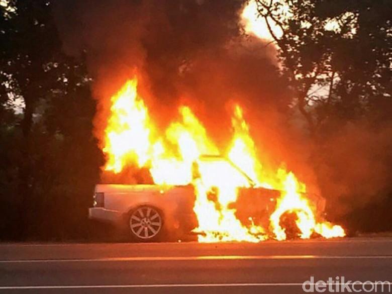 Foto: Range Rover terbakar di Tol Jagorawi KM 25 arah Bogor (Instagram/tmcpoldametro)