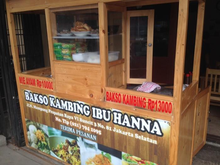 Bakso Kambing Ibu Hanna terletak di Mampang Prapatan, bersebelahan dengan Pondok Nasi Kebuli Ibu Hanna. Di bagian depan rumah makan sederhana ini terdapat gerobak kayu modern untuk tempat meracik bakso.