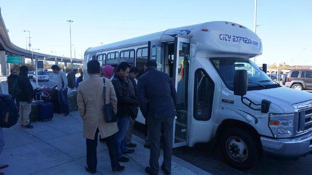 Ketum PPP Romahurmuziy (tengah, berjaket hitam) bersama rombongan delegasi di depan bus yang mengantar dari New York ke Washington DC.
