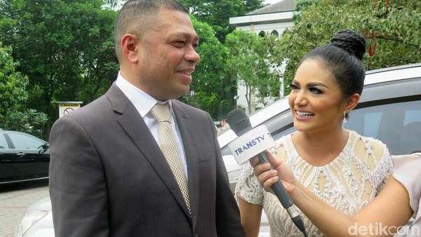 Aksi Feni Rose di Pernikahan Sandra Dewi