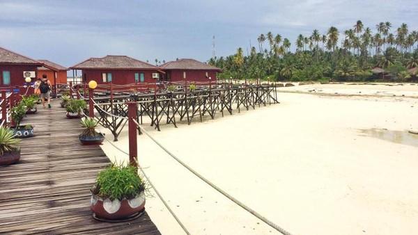 Satu penginapan yang paling terkenal di sini adalah Maratua Paradise Resort. Kamu bisa masuk dan foto-foto dengan membayar tiket kunjungan (Hardyzk/dTraveler)