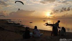 Celebrity on Vacation: Main Paratrike di Atas Pantai Mertasari Bali