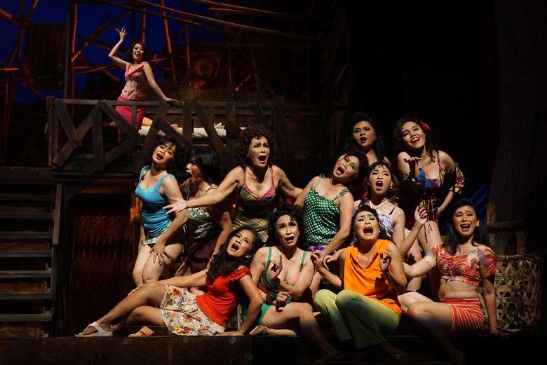 Lakon Opera Kecoa menceritakan tentang orang-orang kecil yang menghadapi kenyataan keras.
