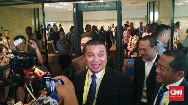 Politikus Partai Golkar Erwin Aksa dipecat dari DPP Partai Golkar karena mendukung Prabowo-Sandiaga.
