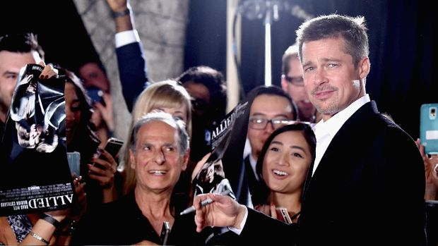 Brad Pitt ketika tampil dalam jumpa pers 'Allied'