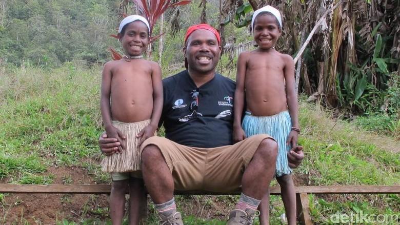 Maximus, putra Papua dari Suku Moni