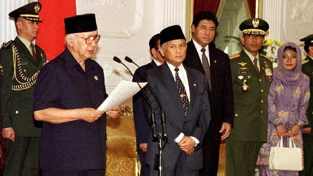 Momen terakhir BJ Habibie bersama Soeharto adalah ketika Soeharto lengser jadi Presiden RI setelah 32 tahun menjabat.