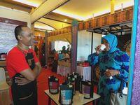 Wan Rantoni Fitra (kiri) sedang menyajikan kopi racikannya (Foto: Nograhany WK/detikcom)