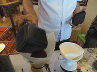 Teknik seduh kopi manual (Foto: Nograhany WK/detikcom)
