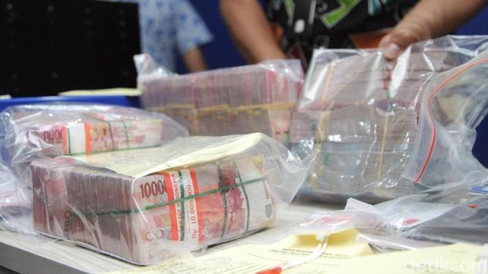 Bareskrim Mabes Polri merilis barang bukti terkait oknum Bea Cukai Tanjung Mas. Satu orang berinisial JH dan uang ratusan juta rupiah berhasil diciduk.