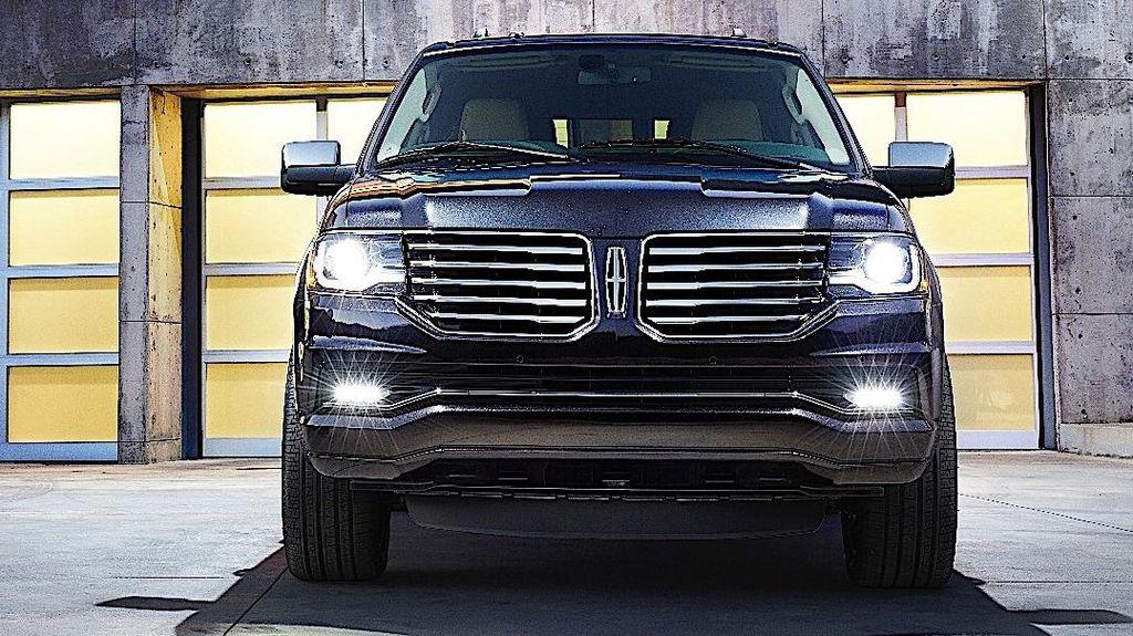 Bukan Sopir, Mobil Donald Trump Disetiri Chauffeur