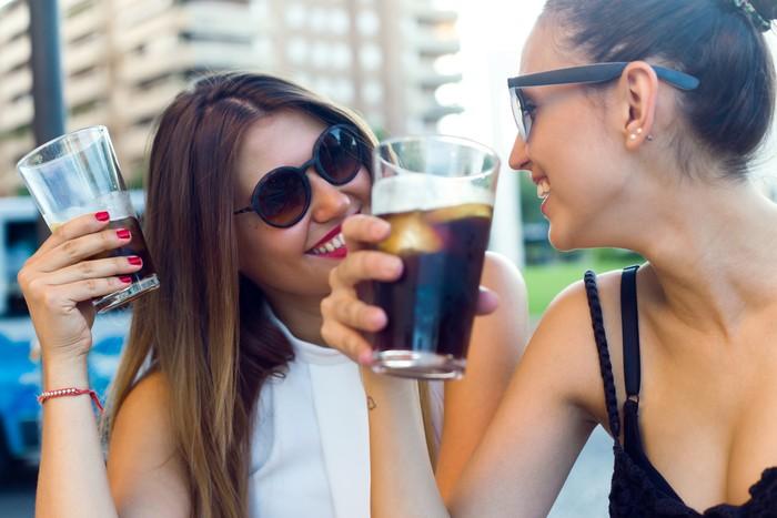 Terus banyak meminum minuman berkarbonasi, mengunyah permen karet, atau menggunakan sedotan adalah salah satu faktor udara terperangkap di usus besar. Akibatnya, kamu jadi lebih sering buang angin. (Foto: ilustrasi/thinkstock)