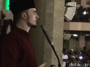 Ribuan Warga Bandung Antusias Bertemu dengan Hafidz Tampan Fatih Seferagic