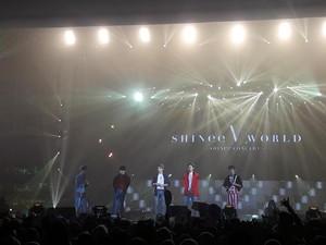 Malam Minggu Bersinar Lewat Konser SHINee World V