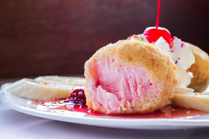 Wah! Es krim goreng sukses jadi makanan terpopuler tahun ini versi YouTube. Pasalnya banyak pengguna YouTube mencari cara membuat es krim goreng. Foto: iStock