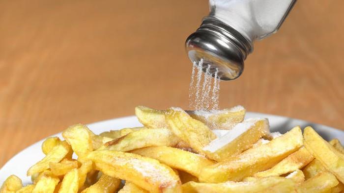 Hindari makan makanan terlalu asin setiap hari, baik pada saat berbuka puasa atau saat sahur. Ingat guys, batas maksimal kita mengonsumsi garam tidak lebih dari 1 sendok teh per hari. Foto: Getty Images