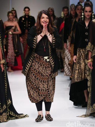 Desainer Ghea Panggabean memakai baju batik motif parang. Foto  Mohammad  Abduh Wolipop 20ba2829a8